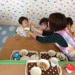あじさい製作と0歳児の給食風景、1歳児さんの給食。